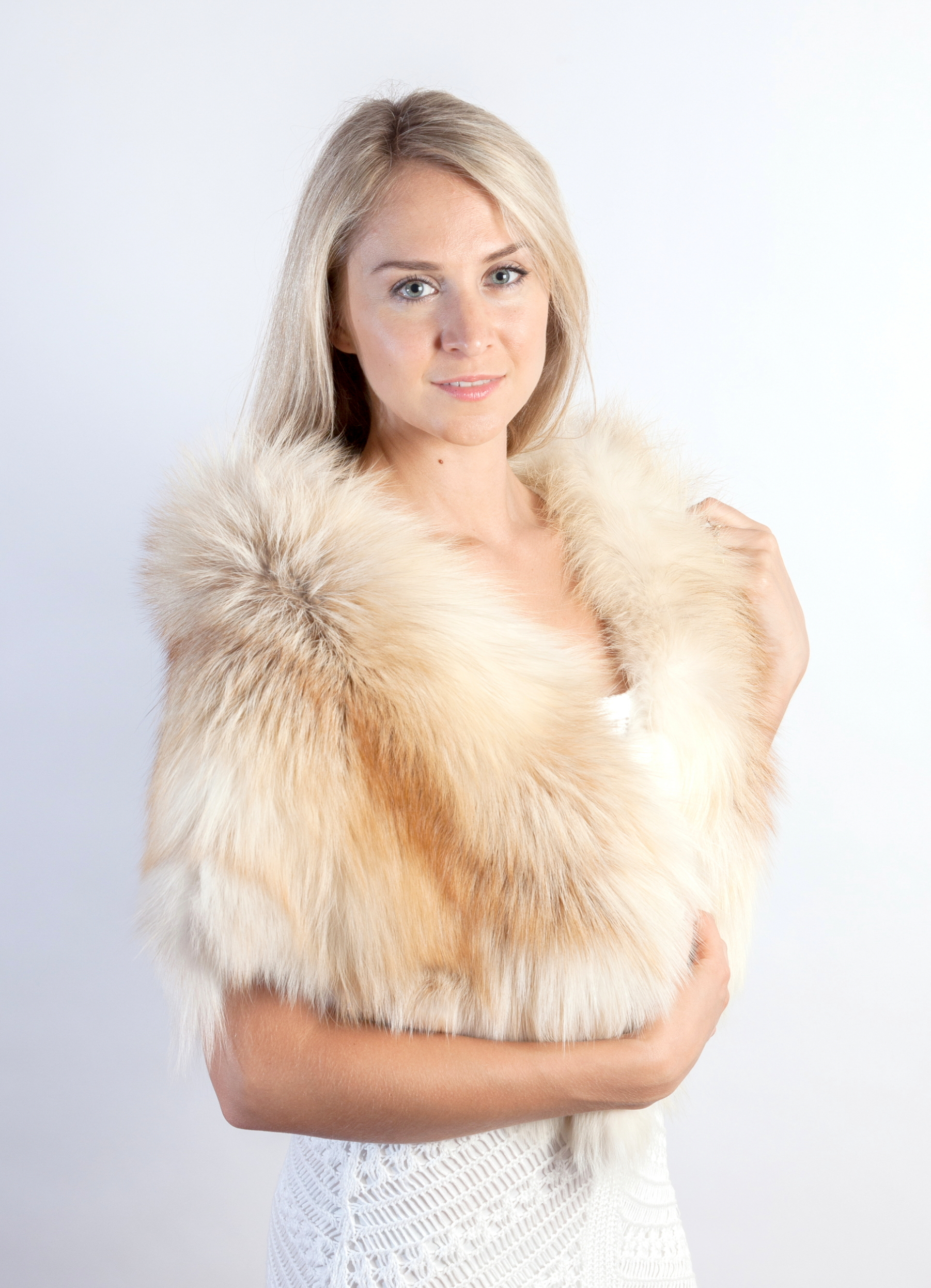 fd33c99f34 To wear a fox fur stole to be stylish woman in winter