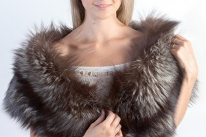 To wear a fox fur stole to be stylish woman in winter